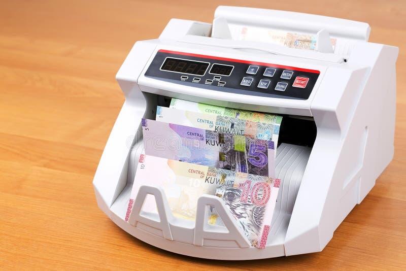 Geld van Koeweit in een tellende machine