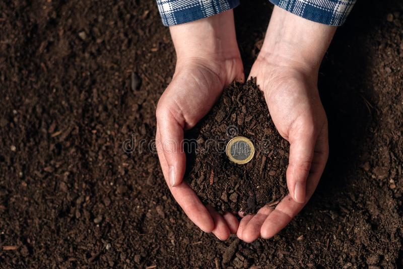 Geld von der landwirtschaftlichen Tätigkeit und vom Erwerben des Nebeneinkommens verdienen stockfotografie