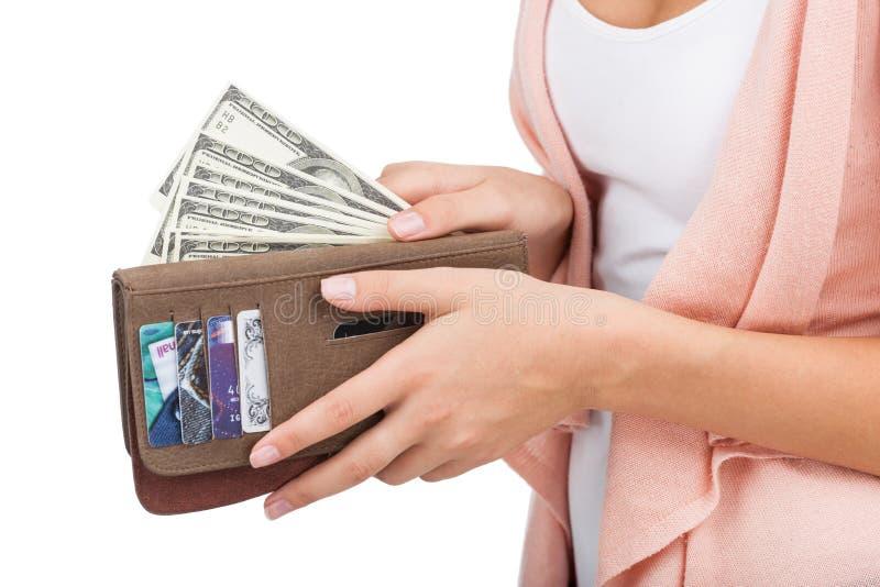 Geld voor het winkelen. Close-up van vrouwen die geld tellen terwijl isola stock fotografie