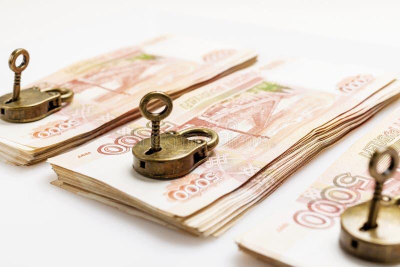 Geld wird geschützt Lösen Sie die Bank unter Verschluss ein vorhängeschloß stockbild