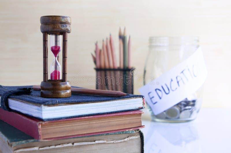 Geld, Zeit, Lehrbücher von allen drei sind erforderlich, Wissen zu finden lizenzfreie stockbilder