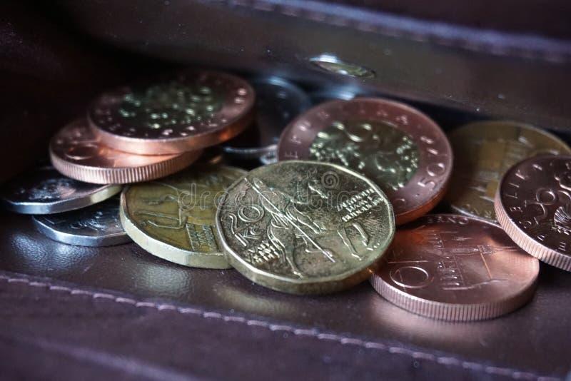 Geldbörse mit einem Haufen von Silber-, kupfernen und Goldenenmünzen (tschechische Kronen, CZK) lizenzfreies stockfoto