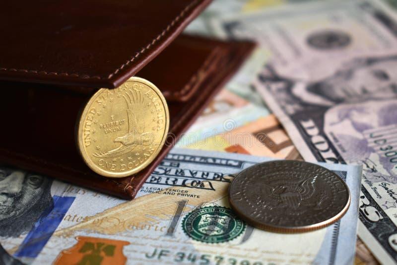Geldbörse mit einer US-Dollar Münze und Halbdollarmünzemünze stockfotos