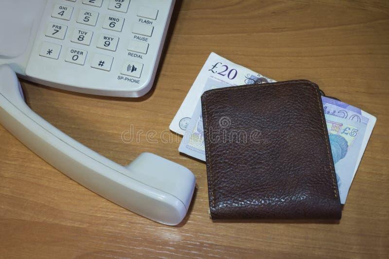 Geldbörse mit Papiergeldpfund für Berechnung stockbild
