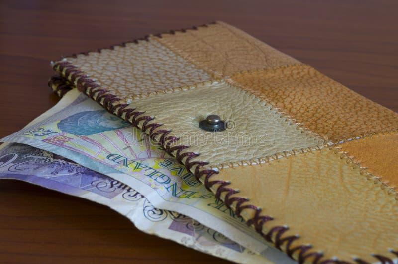 Geldbörse mit Papiergeldpfund für Berechnung stockfotos