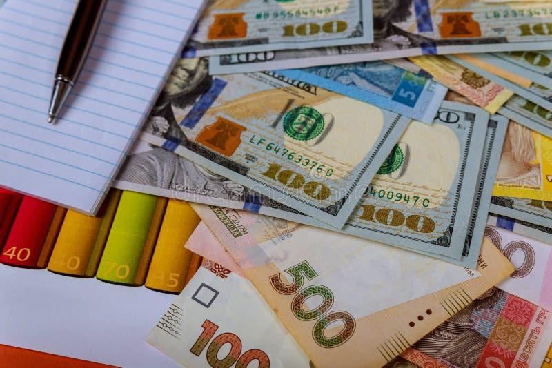 Geldbankbiljetten: USD en UAH De Oekra?ense uitwisseling van Hryvnias en van de Amerikaanse dollar munt stock foto