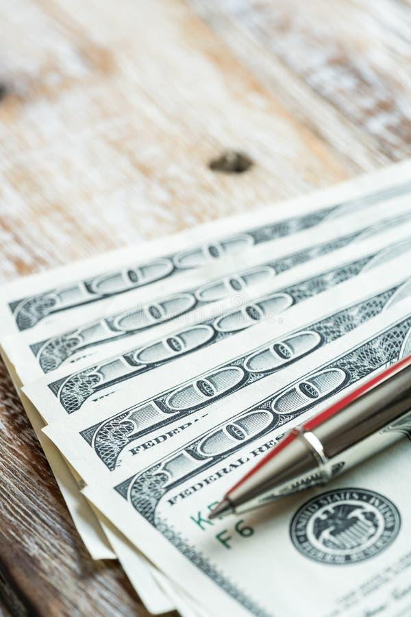 Gelddollar auf hölzernem Hintergrund lizenzfreie stockfotografie