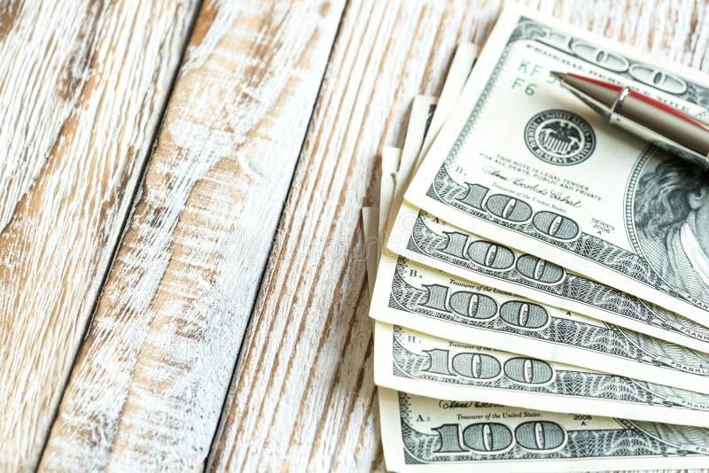 Gelddollar auf hölzernem Hintergrund lizenzfreie stockfotos