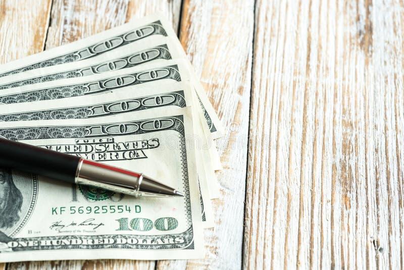 Gelddollar auf hölzernem Hintergrund stockbilder