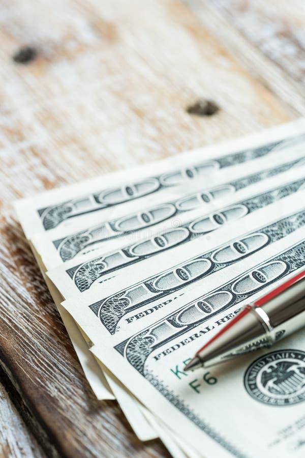 Gelddollar auf hölzernem Hintergrund stockfotografie