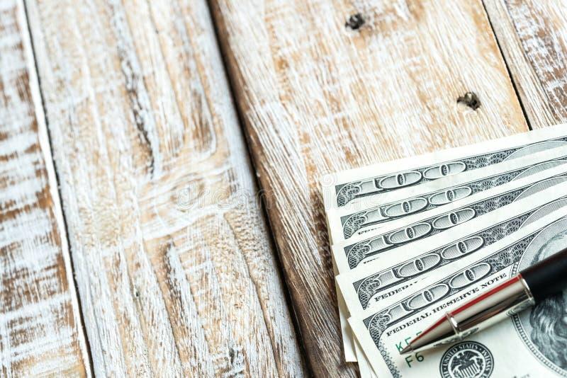 Gelddollar auf hölzernem Hintergrund lizenzfreies stockfoto