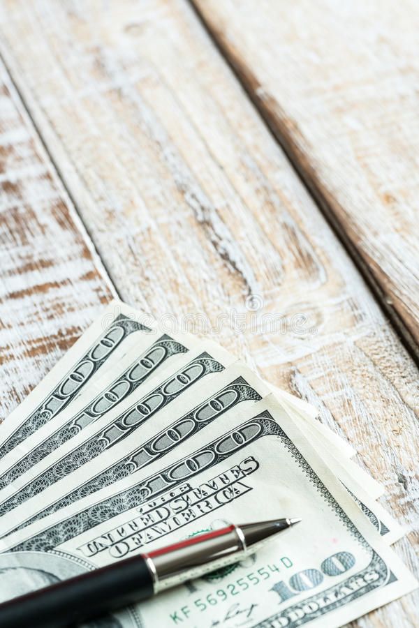 Gelddollar auf hölzernem Hintergrund lizenzfreie stockbilder