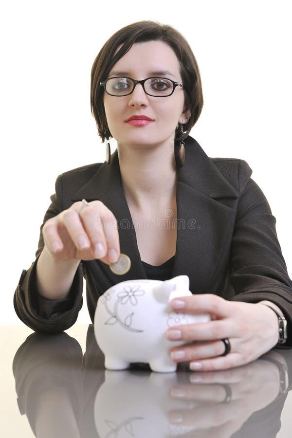 Geldeinsparung mit Geschäft womaon isolatedwhite stockfotografie