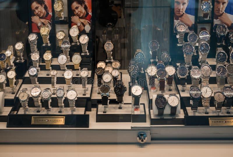 Gelderlandplein lyxiga klockor i fönstret fotografering för bildbyråer