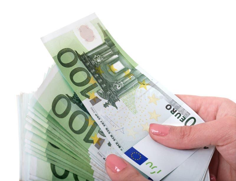 Geldeuro in der weiblichen Hand. stockfotografie