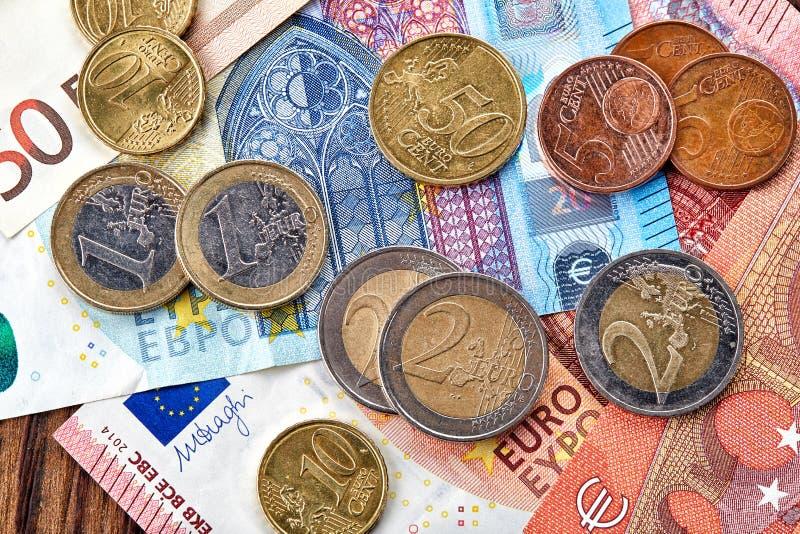 Geldeurobanknoten und -münzen lizenzfreie stockfotos