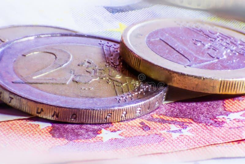 Geldeurom?nzen und -banknoten lizenzfreie stockbilder