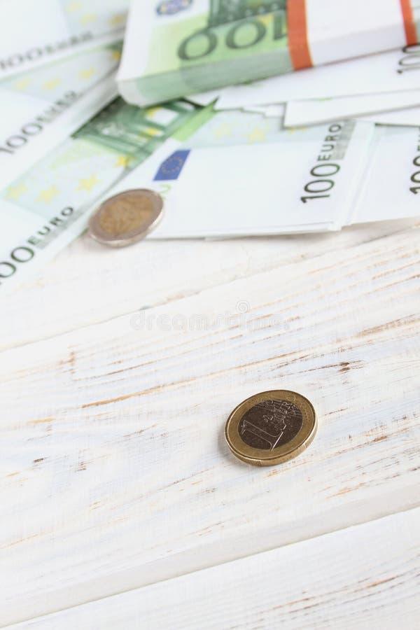 Geldeurorechnungen und -münzen stockfotografie