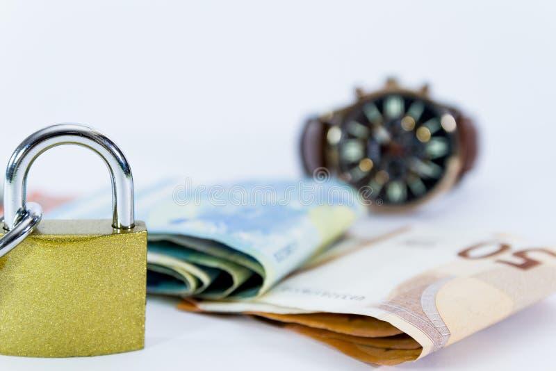 Geldeurowertbanknoten mit Vorhängeschloß, Zahlungssystem der Europäischen Gemeinschaft lizenzfreie stockfotos