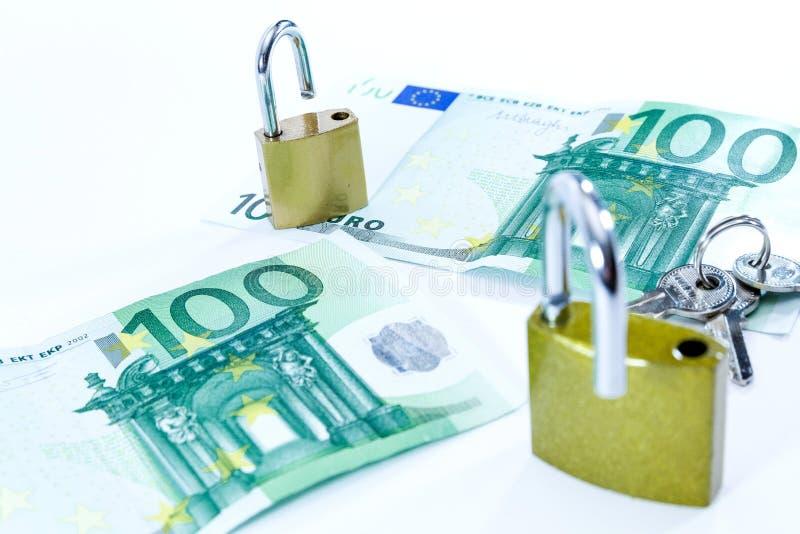 Geldeurowertbanknoten mit Vorhängeschloß, Zahlungssystem der Europäischen Gemeinschaft lizenzfreies stockbild