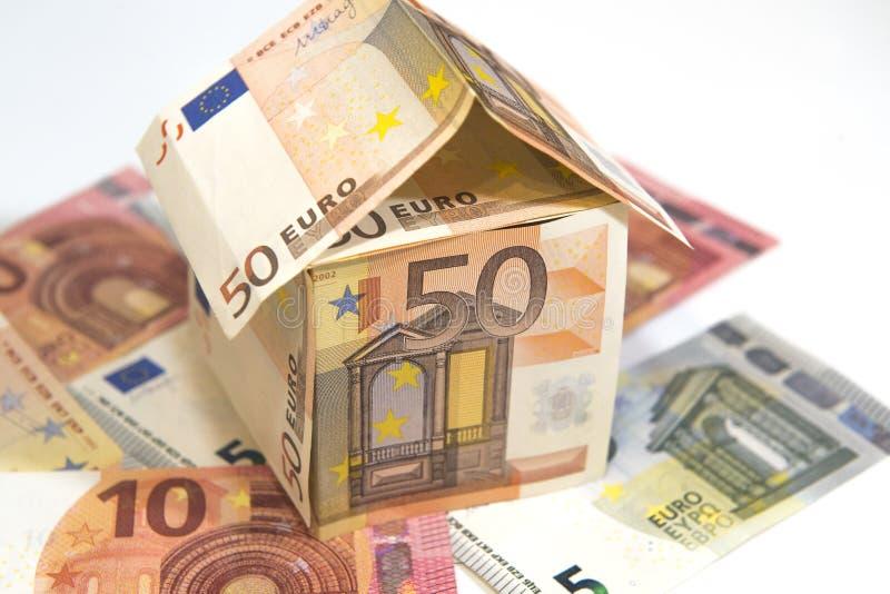 Geldhaus aus Euro-Banknoten auf weißem Grund stockbild
