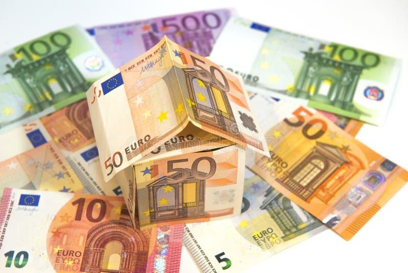 Geldhaus aus Euro-Banknoten auf weißem Grund lizenzfreie stockbilder