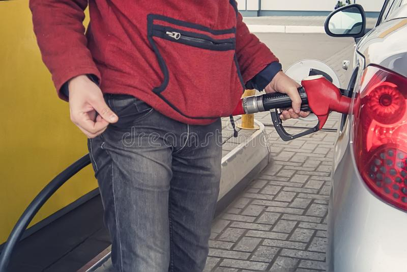 Geldmangel für Benzin und Brennstoff Teures Benzin erhöhen Sie sich des Benzinpreiskonzeptes Mann zeigt eine leere Tasche ohne MO stockbild