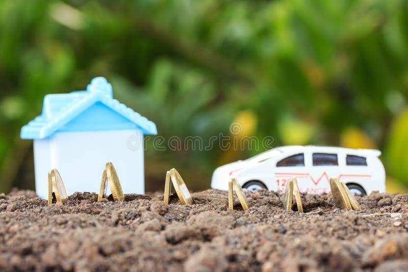 Geldmengenwachstums-Konzeptmünzen im Boden Sammeln Sie Geld, um ein hou zu errichten lizenzfreies stockbild