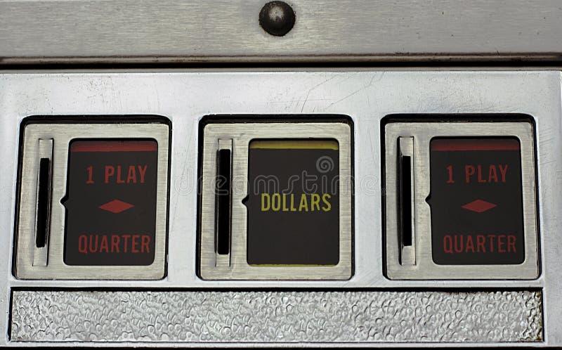 Geldschlitze einer Flipperautomat-Maschine lizenzfreies stockbild