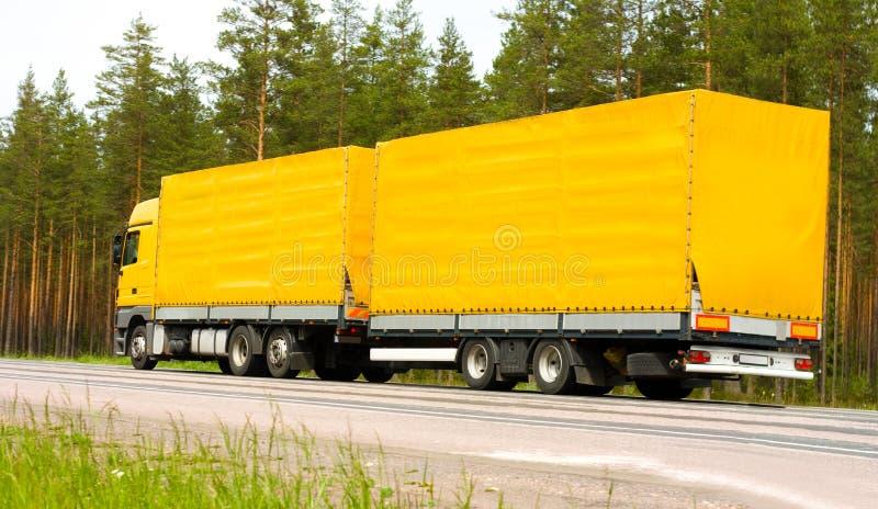 Gele aanhangwagenvrachtwagen royalty-vrije stock foto