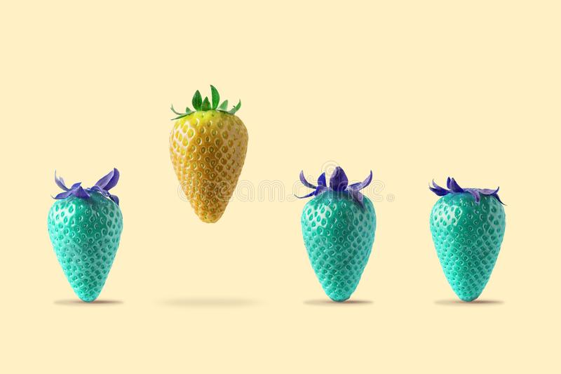 Gele aardbei die met blauwe aardbei op heldere achtergrond drijven Minimaal Voedselconcept stock afbeelding