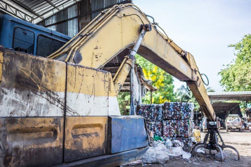 Gele Afvalvrachtwagens in de huisvuilyard royalty-vrije stock afbeeldingen