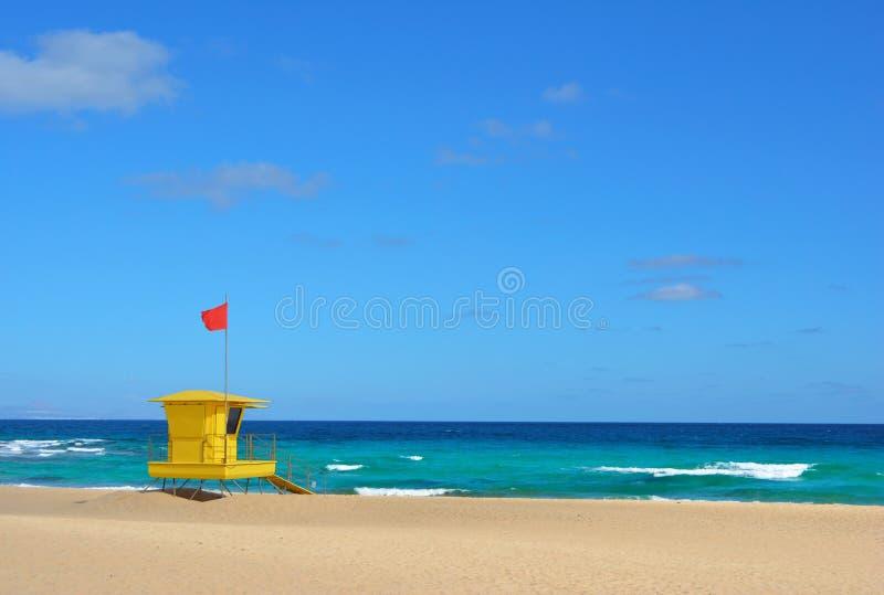 Gele badmeesterpost op het strand van Corralejo, Fuerteventura, Spanje stock fotografie