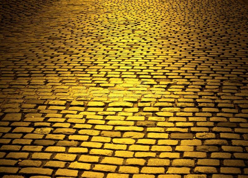 Gele baksteenweg royalty-vrije stock afbeeldingen