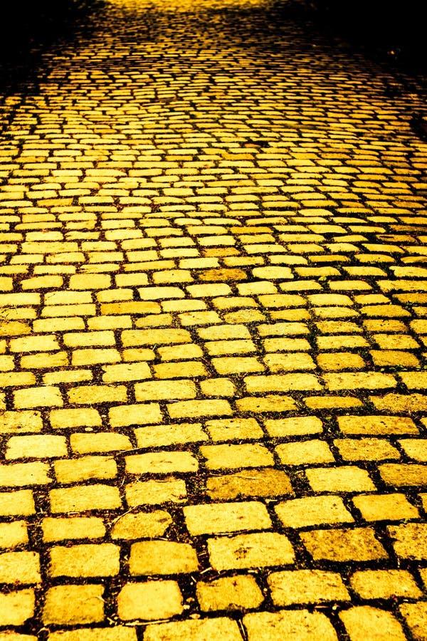 Gele baksteenweg stock foto's