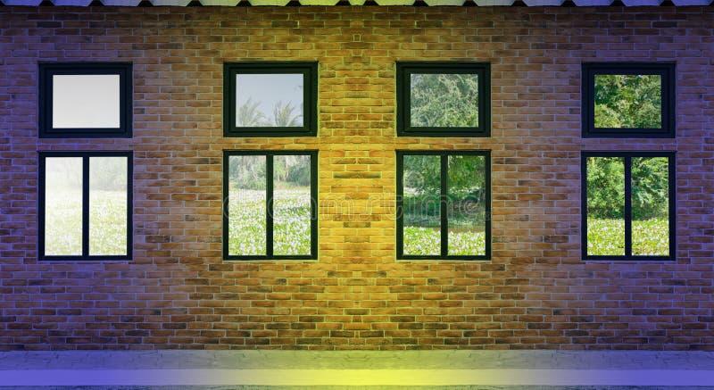 Gele bakstenen muur en lichte vensters stock afbeeldingen