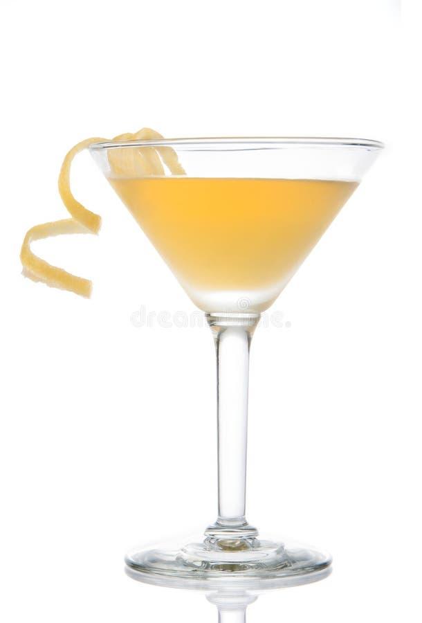 Gele banaancocktail in martini-glas met citroendraai stock foto's
