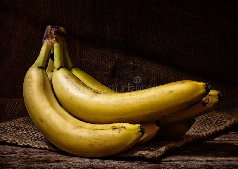 Gele Bananen op een Houten Lijst royalty-vrije stock foto's