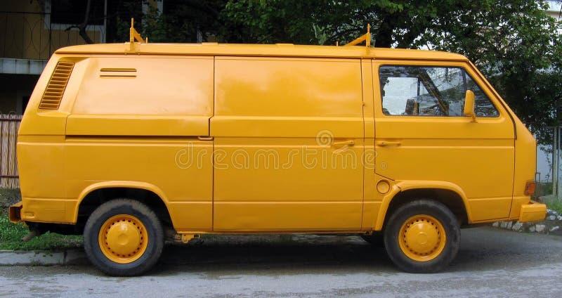 Gele bestelwagen stock foto