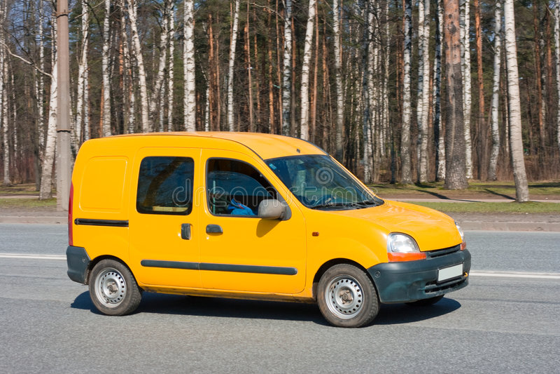 Gele bestelwagen op weg royalty-vrije stock foto