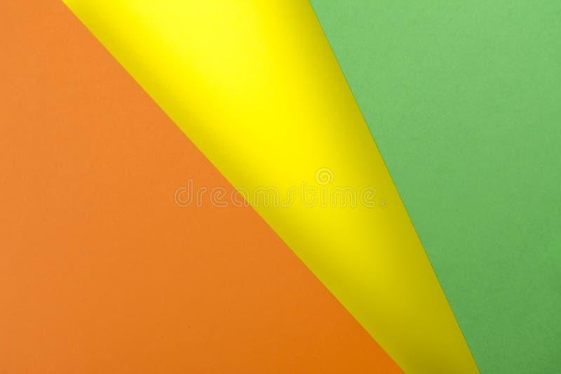 Gele bladen van document, groen, oranje rassenbarrière met schaduw royalty-vrije stock fotografie