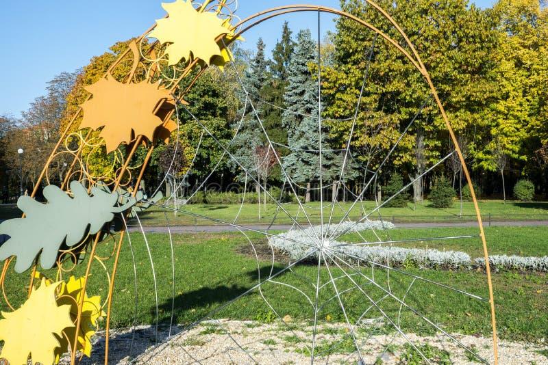 Gele bladeren op het gras stock afbeelding