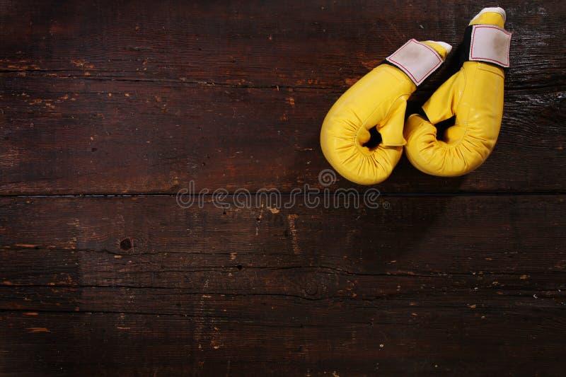 Gele bokshandschoenen stock afbeeldingen