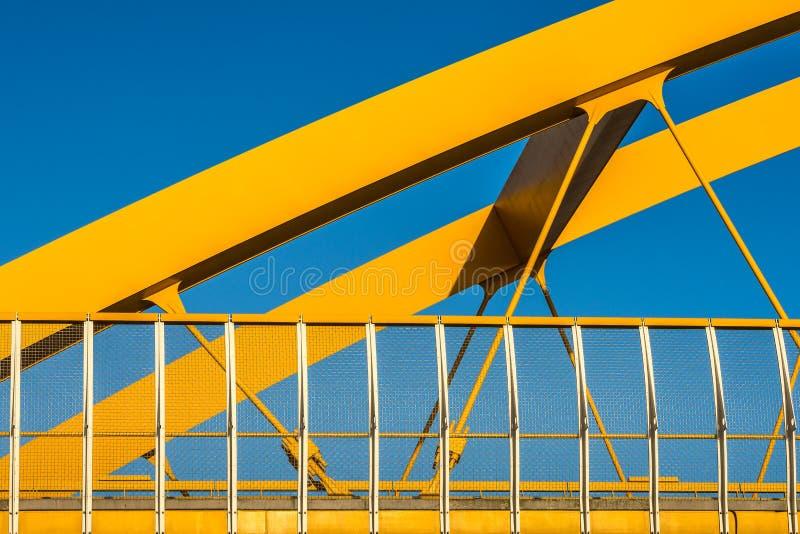 Gele brug, blauwe hemel royalty-vrije stock afbeelding