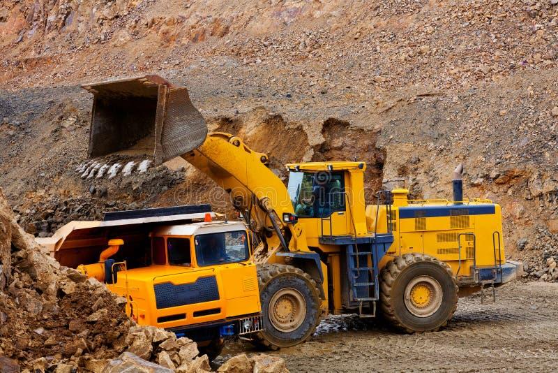 Gele bulldozer en vrachtwagen royalty-vrije stock fotografie