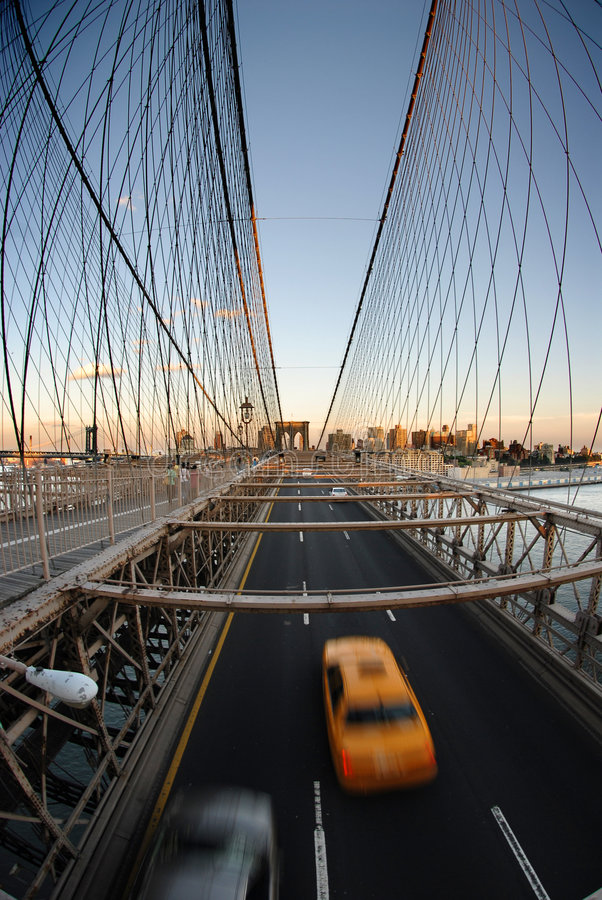 Gele cabine op de brug van Brooklyn stock foto's