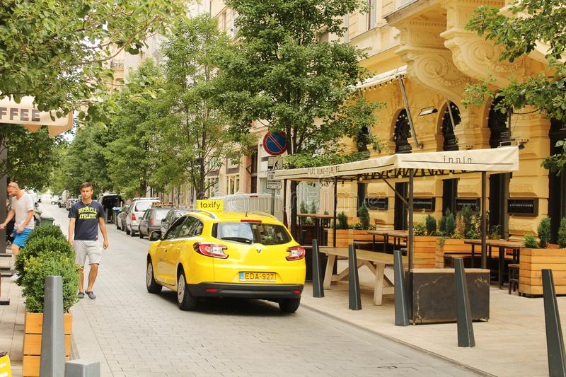 Gele cabine op overvolle straten Boedapest royalty-vrije stock afbeelding