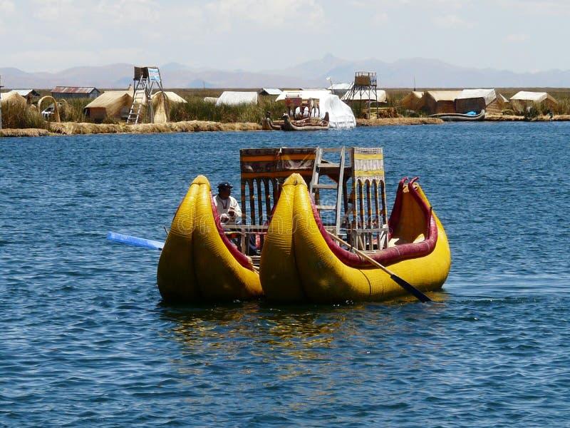 Gele catamaran van Totora op het meer van Titicaca, Peru royalty-vrije stock foto