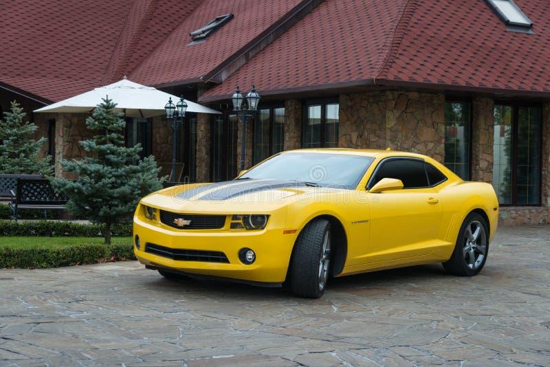Gele Chevrolet Camaro royalty-vrije stock afbeeldingen