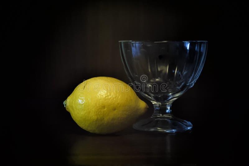Gele citroen en een glaskremanka stock foto